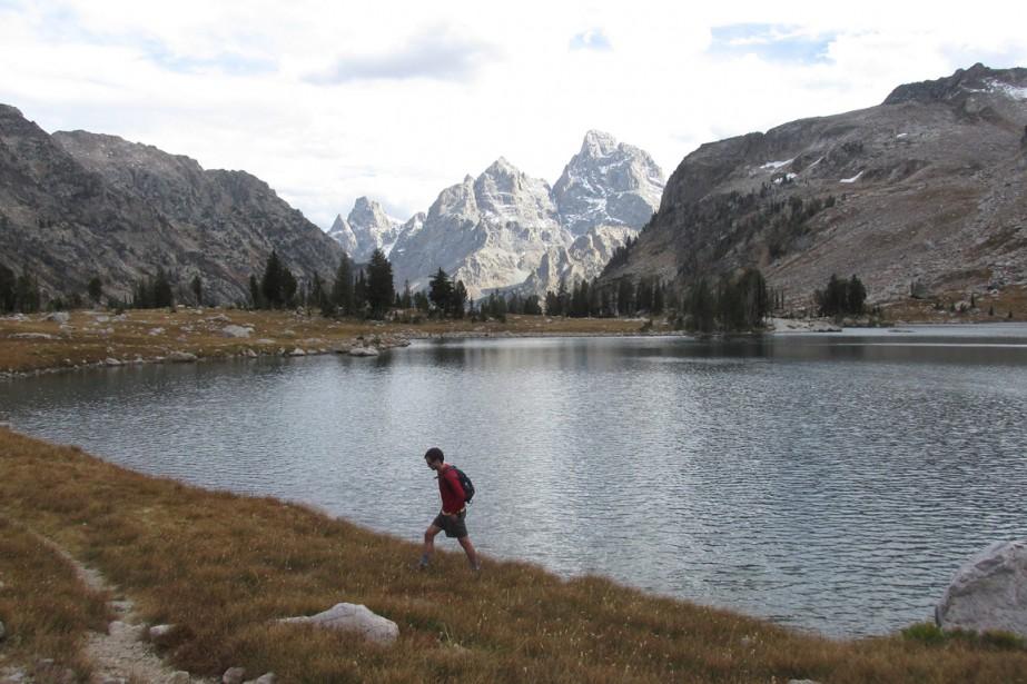 Un homme marche aux abords du lac Solitude... (PHOTO ARCHIVES THE ASSOCIATED PRESS)