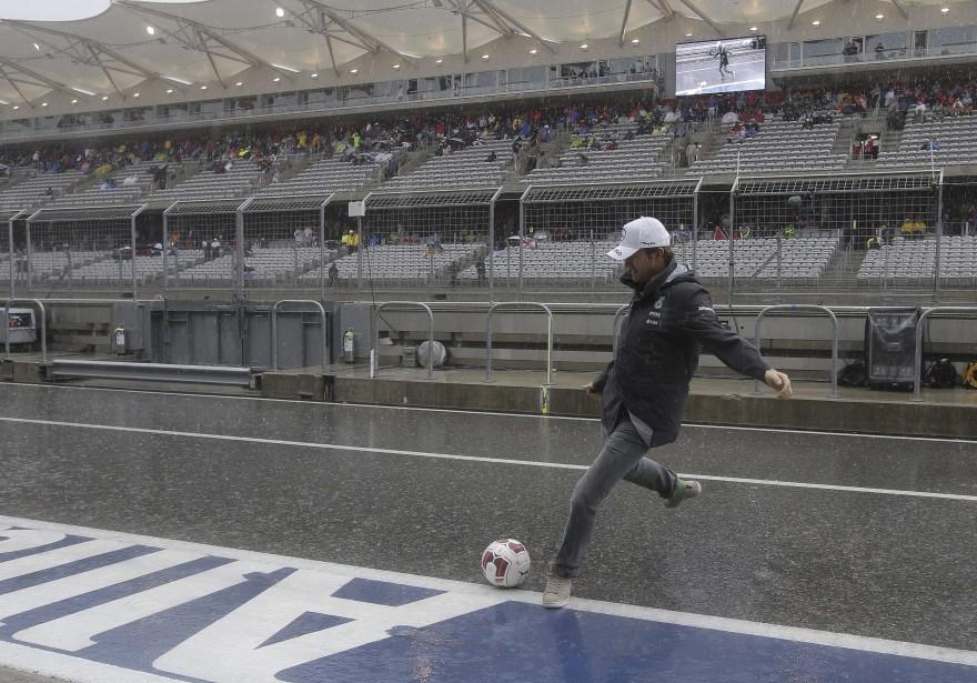 L'Allemand Nico Rosberg (Mercedes) profite de la pause pour jouer au soccer aux abords de la piste. (Photo AFP, Darron Cummings)