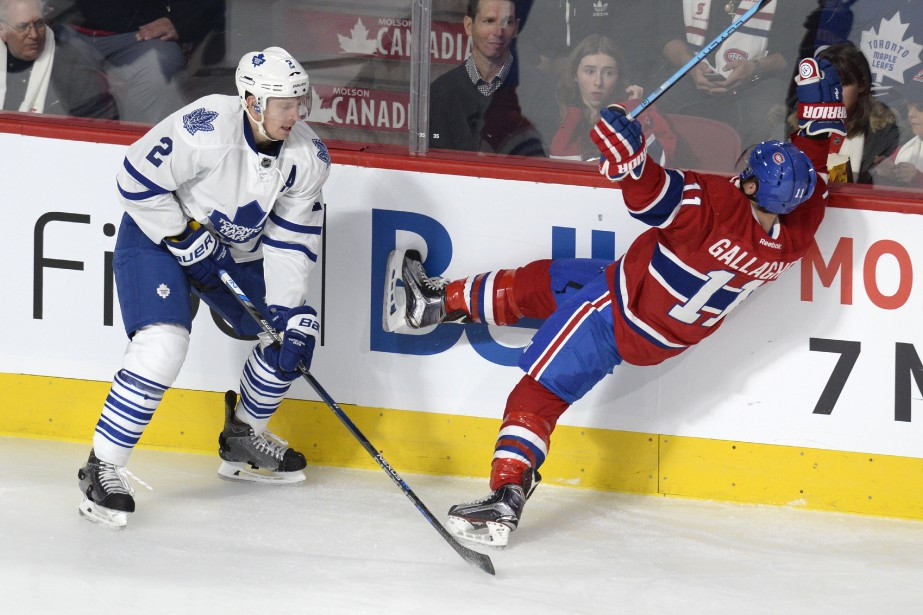 Matt Hunwick  met solidement en échec  Brendan Gallagher. (PHOTO BERNARD BRAULT, LA PRESSE)