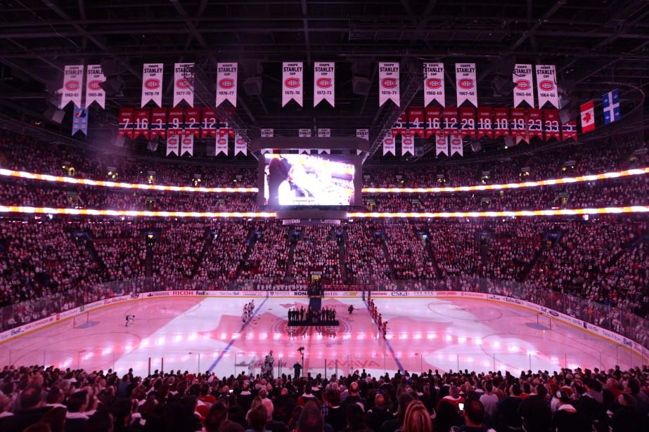La foule du centre Bell a entonné l'hymne national avant la rencontre. ()