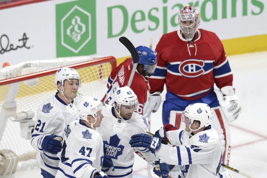 Les joueurs des Leafs célèbrent le but de Leo Komarov en deuxième période. (PHOTO BERNARD BRAULT, LA PRESSE)