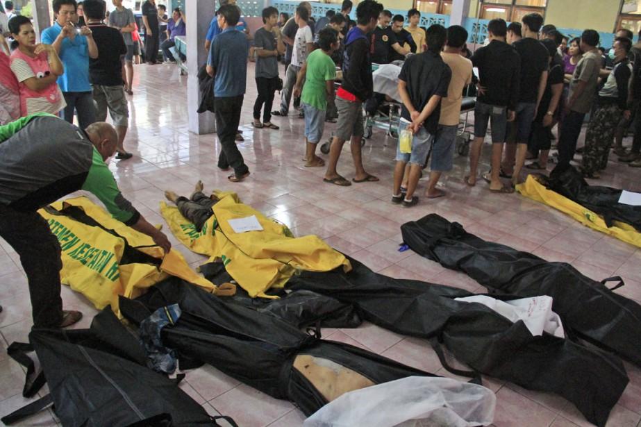 Les proches des victimes procèdent à l'identification des... (Photo Ronny Adolof Buol, AP)