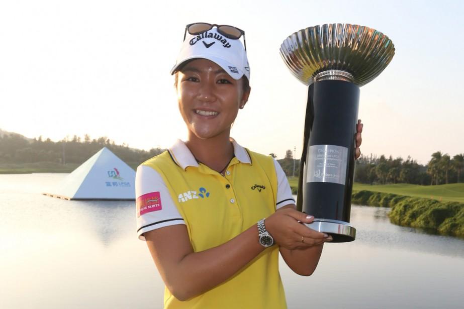 Lydia Ko pose fièrement avec son trophée.... (PHOTO ASSOCIATED PRESS)