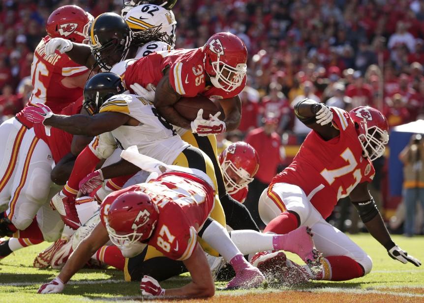 Charcandrick West a amassé 110 verges au sol et inscrit son premier touché en carrière pour les Chiefs, dimanche. Kansas City a surpris les Steelers 23-13. (AP, Charlie Riedel)