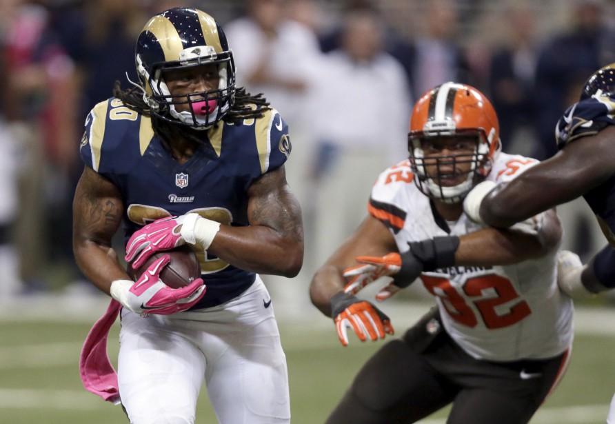 La recrue Todd Gurley a amassé 128 verges de gains et inscrit ses deux premiers touchés au sol, dimanche, dans la victoire à sens unique de 24-6 des Rams de St. Louis contre les Browns de Cleveland. (AP, Tom Gannam)