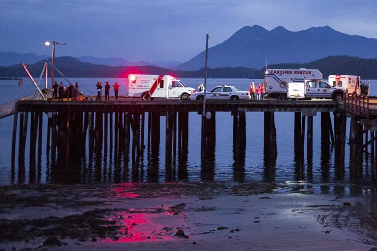 Les secouristes se sont présentés dimanche soir au... (PHOTO REUTERS)