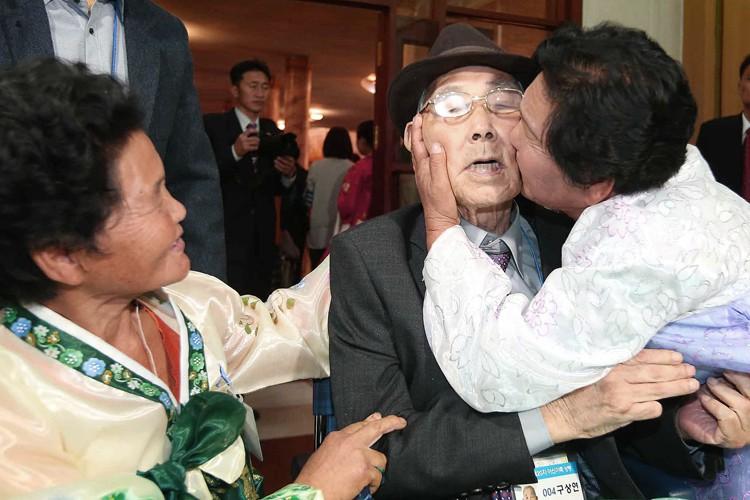 Pour les familles nord et sud-coréennes réunies, le... (PHOTO AP)