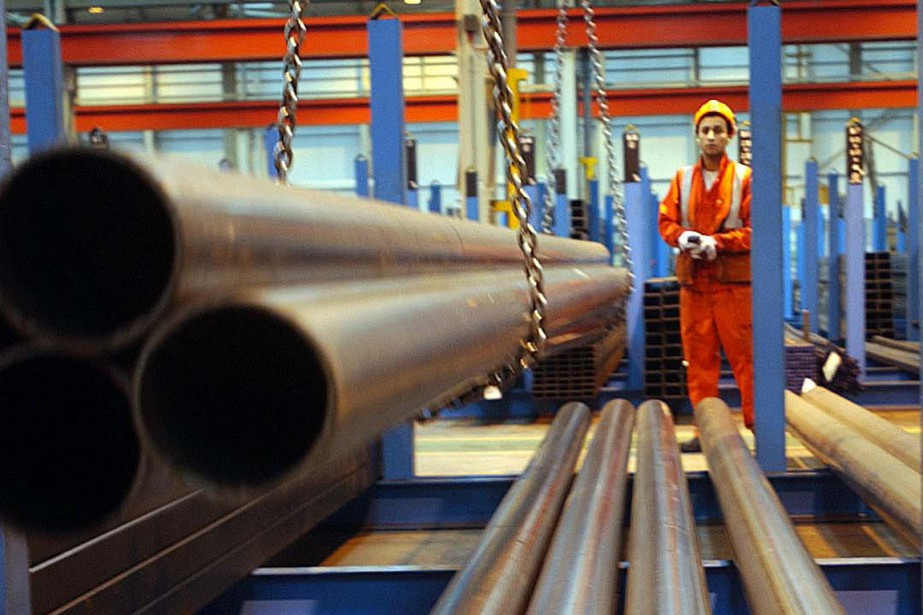Un employé dans une usine au Royaume-Uni.... (Photo archives AP)