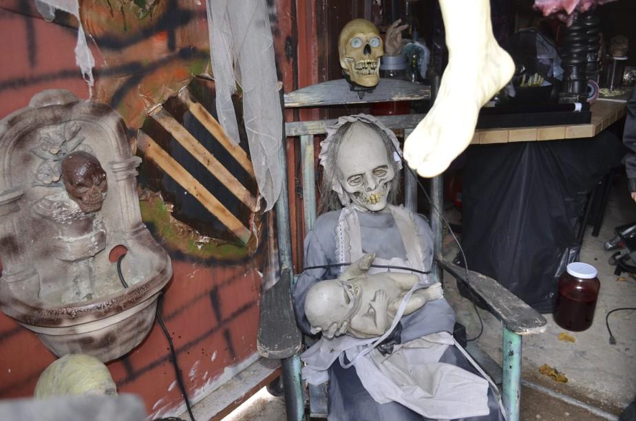 À plusieurs endroits , on retrouve des mannequins mécanisés qui feront frémir les gens. (Photo Le Quotidien, Louis Potvin)