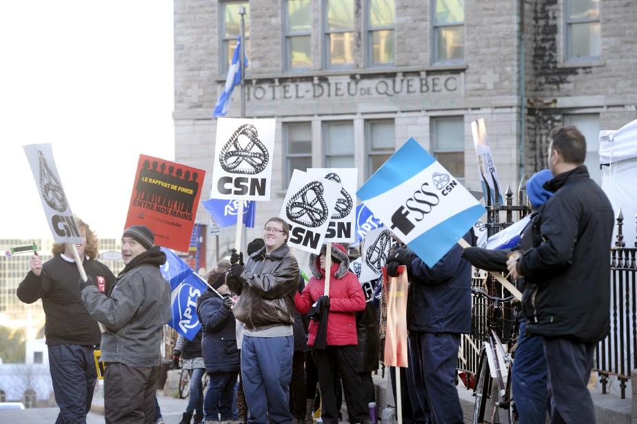 Des travailleurs de la santé devant l'Hôtel-Dieu de Québec. Pour assurer les services essentiels, ils manifestaient à tour de rôle pendant 42 minutes. (Le Soleil, Patrice Laroche)