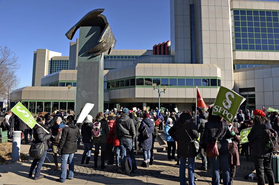 Grévistes devant le siège social de la Société d'assurance automobile du Québec (SAAQ) dans le Vieux-Port à Québec. (Le Soleil, Patrice Laroche)