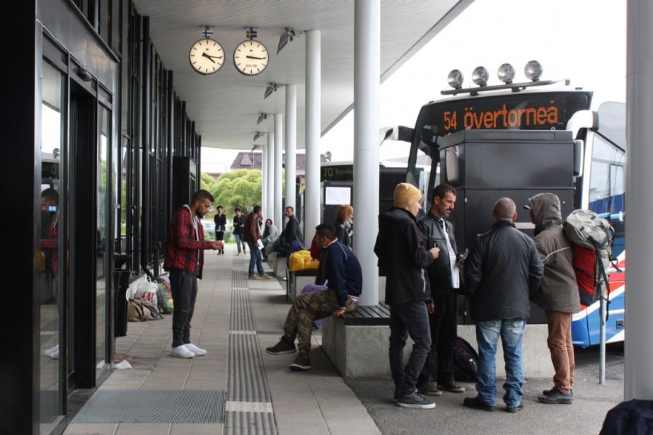 Des migrants attendent de prendre un bus dans... (Photo ANNE KAURANEN, AFP)