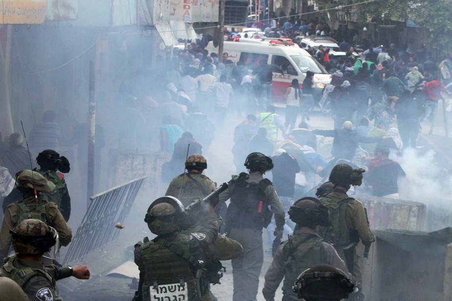 Des soldats israéliens tirent des grenades de gaz... (PHOTO HAZEM BADER, AFP)
