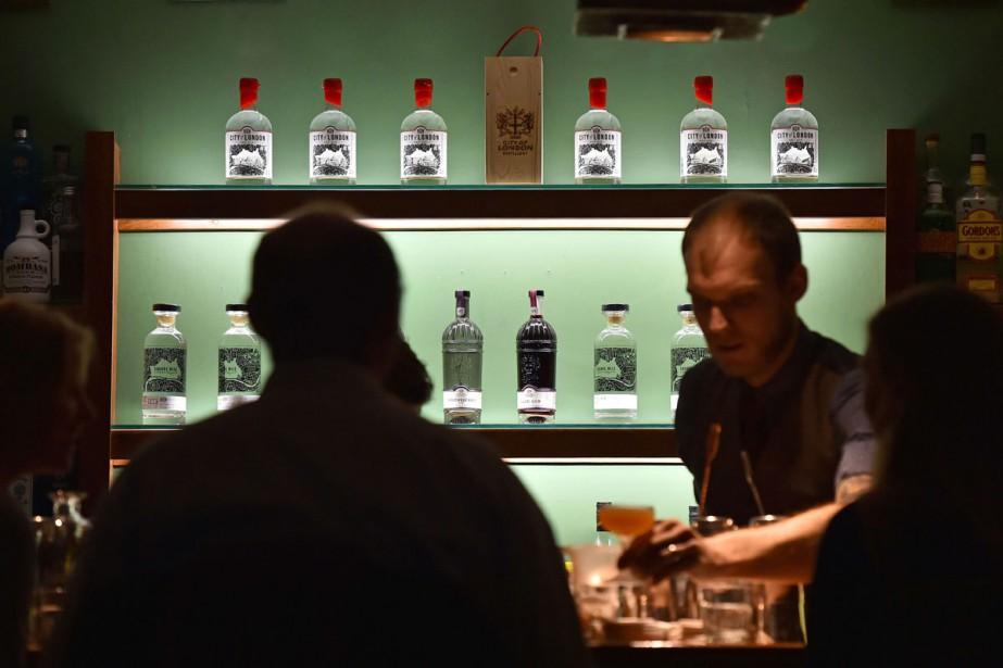 Alcool typiquement british, le gin vit une renaissance à... (PHOTO AFP)