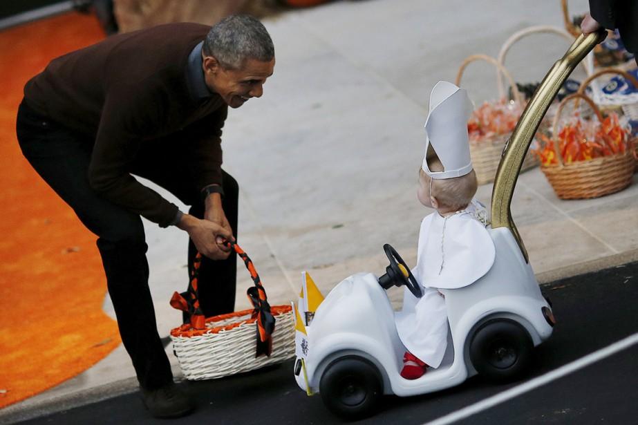 Barack Obama a donné des bonbons à un... (Photo Carlos Barria, Reuters)