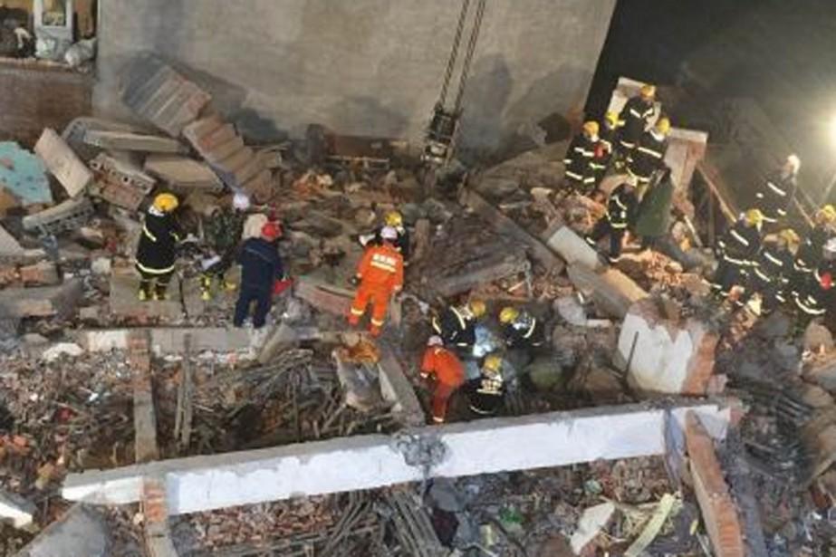 L'effondrement d'un immeuble en cours de rénovation... (Photo tirée de Weibo)