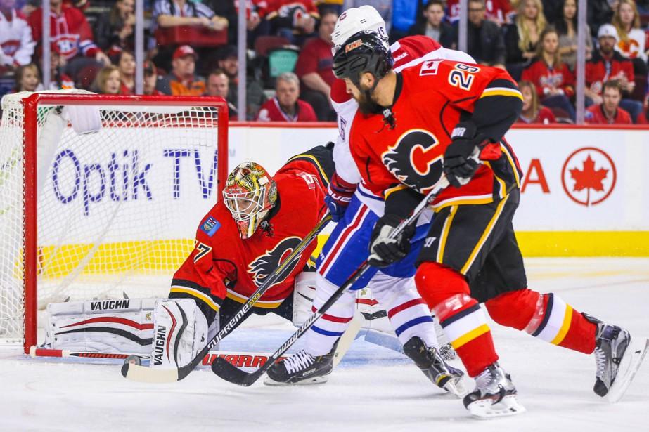 Le gardien des Flames Joni Ortio bloque la rondelle envoyée par Tomas Fleischmann, en première période. (Photo Sergei Belski, USA TODAY Sports)