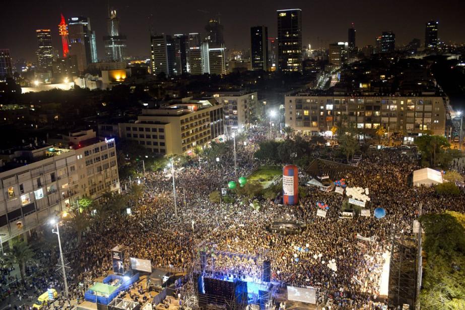 Des dizaines de milliers d'Israéliens se sont rassemblés... (Photo Oded Balilty, AP)