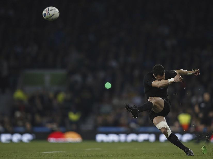 Âgé de 33 ans, Dan Carter a signé une 112<sup>e</sup> et dernière partition majuscule sous le maillot noir (19 points, dont un pénalité de 49 mètres) pour permettre aux All Blacks de conserver leur titre de champions du monde. (AFP, Adrian Dennis)