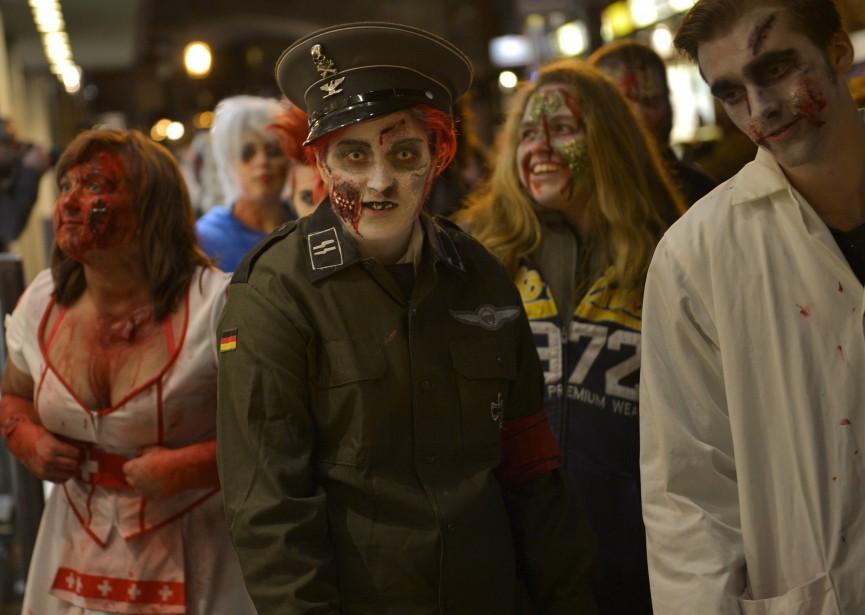 La Marche des zombies 2015 sur la rue Saint-Jean (Le Soleil, Yan Doublet)