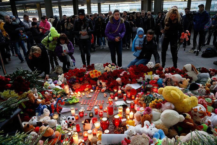 Plusieurs personnes sont venues porter des fleurs, des... (Photo Dmitry Lovetsky, AP)