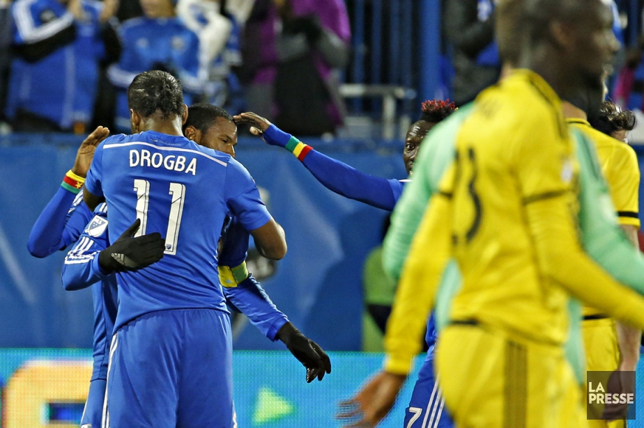 Didier Drogba donne l'accolade à Patrice Bernier, qui... (PHOTO OLIVIER JEAN, LA PRESSE)