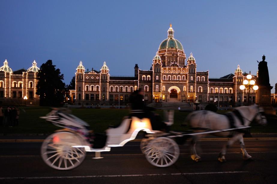 Une calèche passe devant le parlement illuminé, à... (PHOTO BERNARD BRAULT, ARCHIVES LA PRESSE)