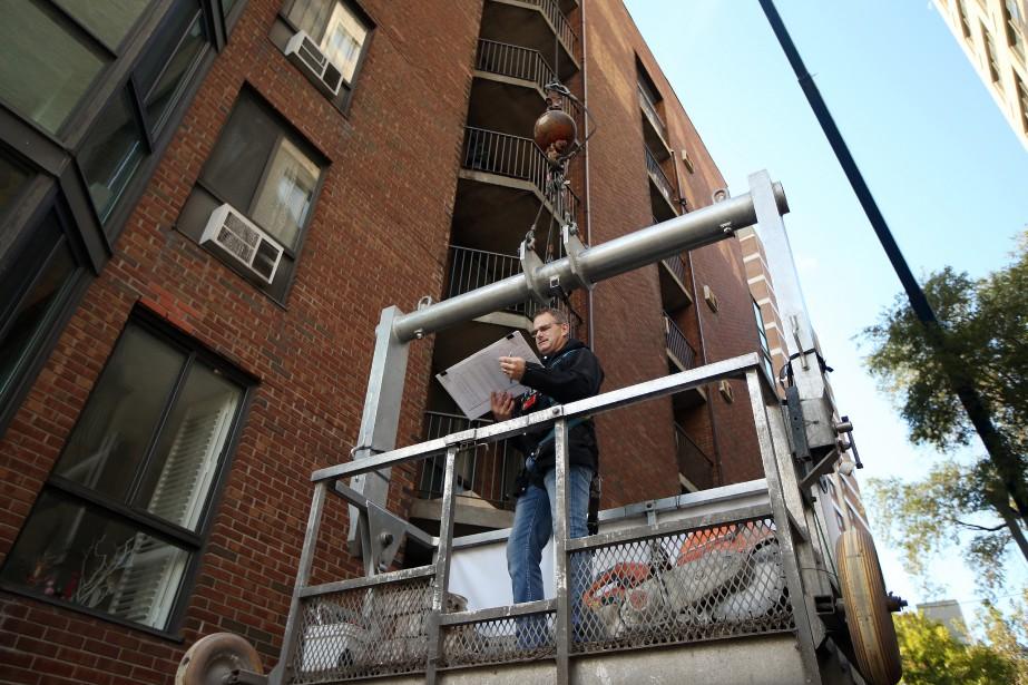 L'ingénieur Claude Guertin, dans la grue mobile, s'apprête... (PHOTO MARTIN CHAMBERLAND, LA PRESSE)