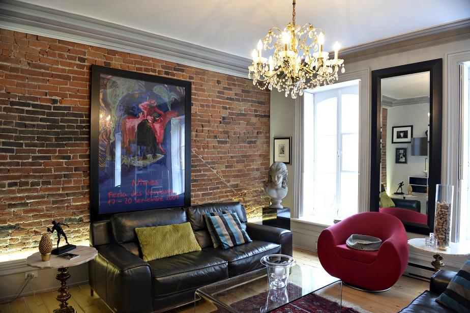 Le designer Sylvain Côté est «parti» avec la grande affiche de Nîmes, «un objet très personnel», pour créer le décor du salon. (Le Soleil, Patrice Laroche)