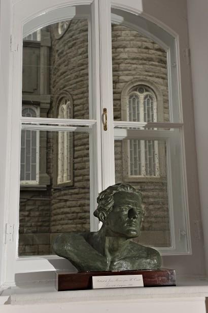 Ce buste compose un décor presque dramatique devant l'église Saint-Jean-Baptiste. (Le Soleil, Patrice Laroche)