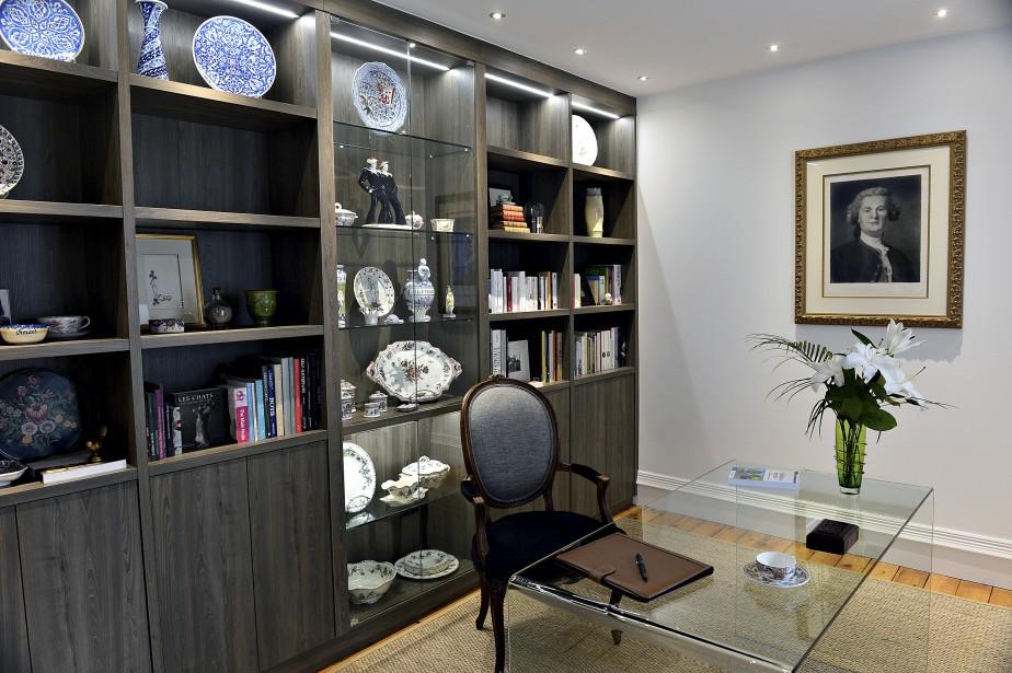 Les faïences du propriétaire sont exposées dans une grande bibliothèque installée dans son bureau, au dernier niveau. (Le Soleil, Patrice Laroche)