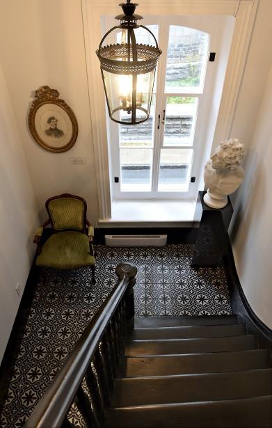 Le palier d'inspiration victorienne mène à un magnifique escalier restauré au terme de 150 heures de travail. (Le Soleil, Patrice Laroche)
