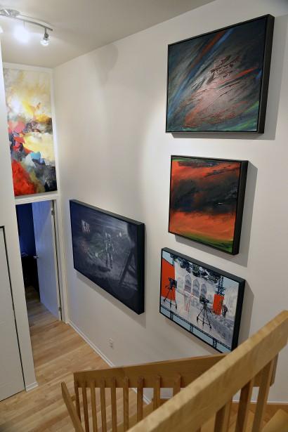 Le corridor et l'escalier de la maison servent de «galerie» au collectionneur. (Le Soleil, Patrice Laroche)