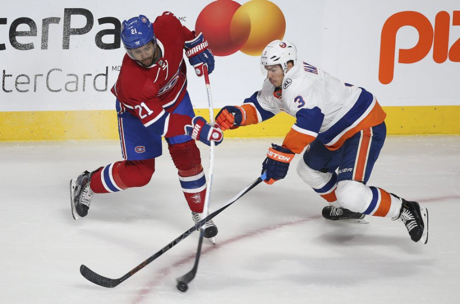 Devante Smith-Pelly et Travis Hamonic en action pendant la deuxieme période. (PHOTO MARTIN CHAMBERLAND, LA PRESSE)