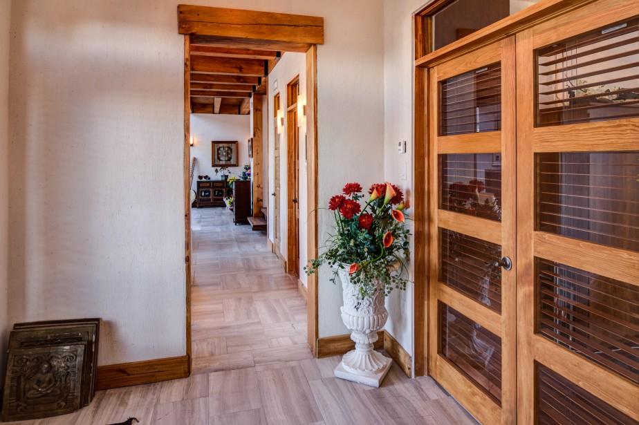 Près de l'entrée, un studio avec salle d'eau indépendante a été aménagé. L'espace est idéal pour recevoir des clients, travailler de la maison ou recevoir des invités. (Courtoisie Édith Harvey)