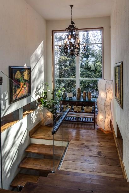 Le boudoir de palier est naturellement éclairé par la grande fenêtre orientée plein sud. (Courtoisie Édith Harvey)