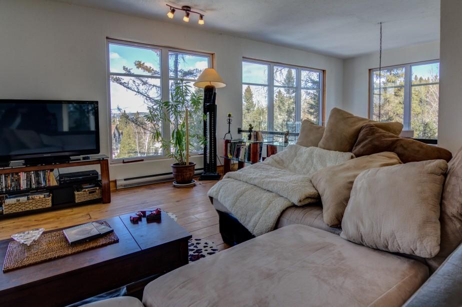 À l'étage, l'espace détente a été conçu dans le but d'accueillir deux chambres à coucher supplémentaires. Étant donné les besoins immédiats des propriétaires, il n'est cependant pas utilisé à cette fin, mais les plans de la maison prévoient les divisions pour deux autres chambres. (Courtoisie Édith Harvey)