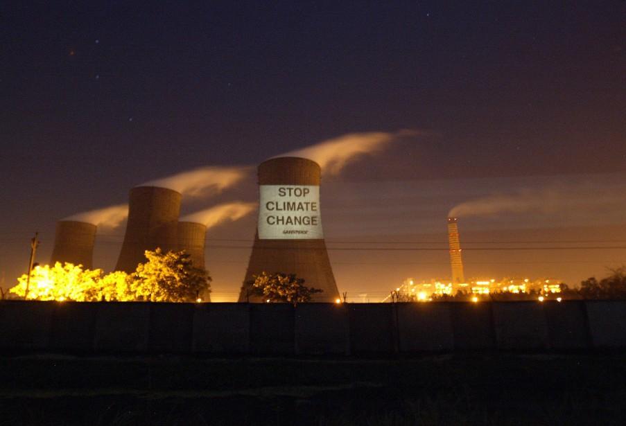 Un message de Greenpeace sur une tour de... (Photo Mustafa Quraishi, archives AP)