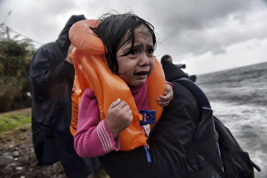 Il y a la photo d'un secouriste qui tire de l'eau un... (PHOTO ARCHIVES AFP)