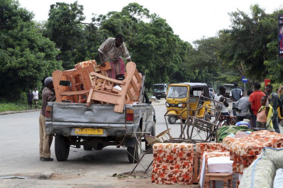 Des résidants de Bujumbura chargent leurs meubles dans... (PHOTO ASSOCIATED PRESS)