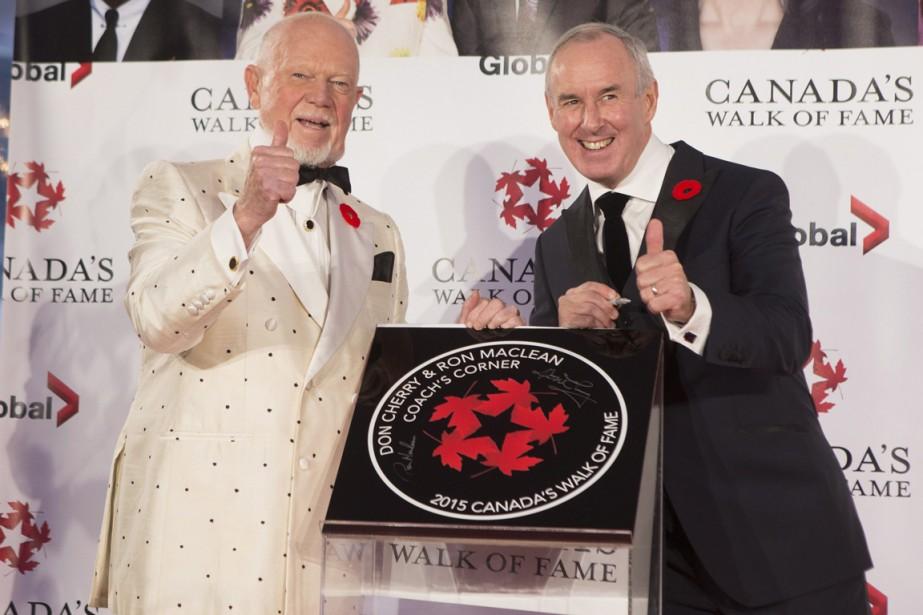 Don Cherry et Ron MacLean posent à côté... (Photo Chris Young, PC)