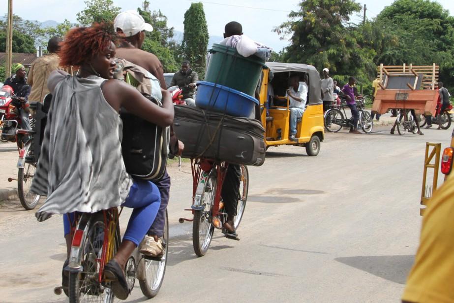 Des Burundais fuient la capitale avec leurs biens,... (Photo AP)