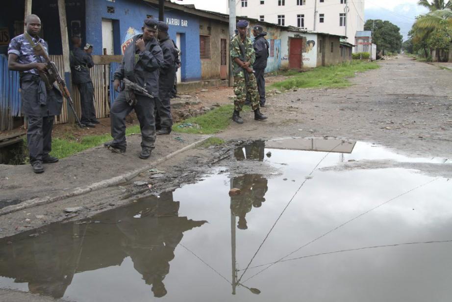 Des policiers et des soldats patrouillent dans les... (PHOTO ASSOCIATED PRESS)
