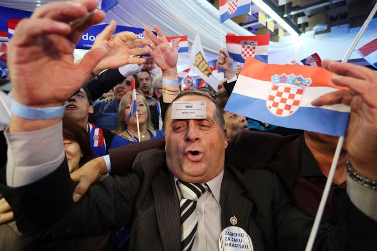 Les partisans de la coalition conservatrice célèbrent à... (PHOTO AFP)