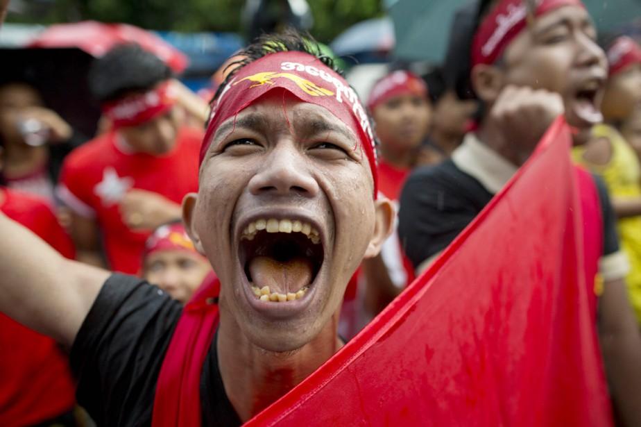 Un partisan de la LND célèbre la victoire... (PHOTO GEMUNU AMARASINGHE, AP)