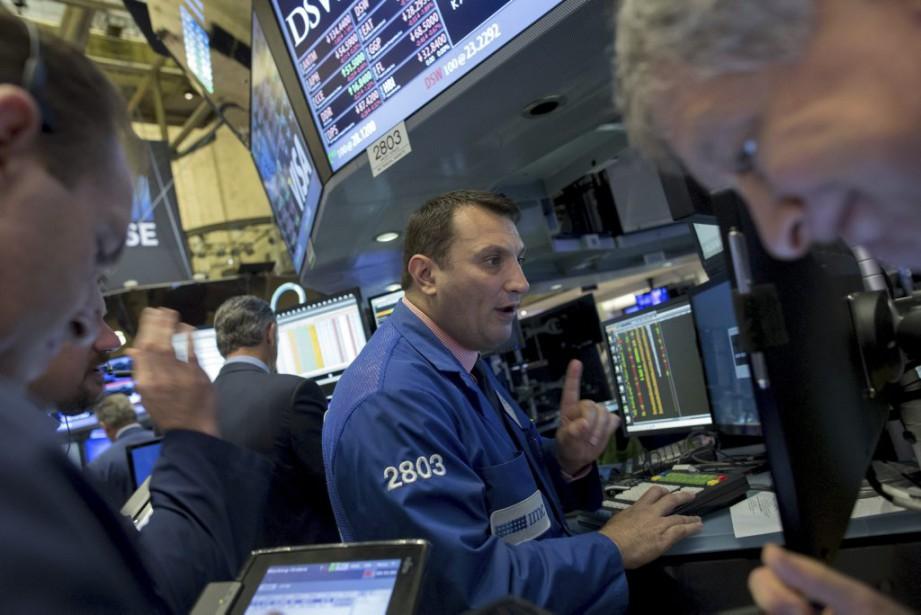 Wall Street a nettement baissé lundi, le... (PHOTO BRENDAN MCDERMID, REUTERS)