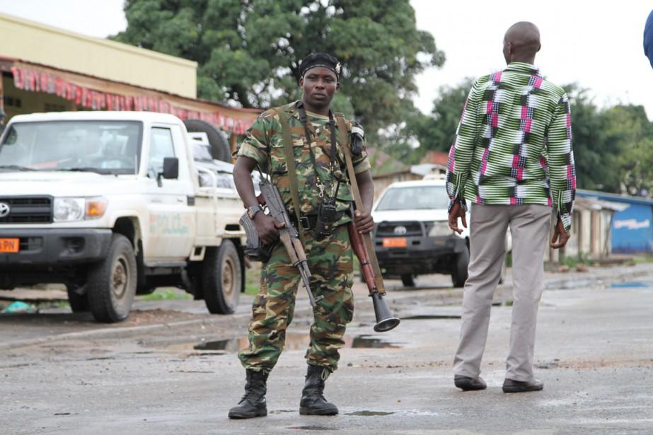Un soldat burundais armé d'un fusil automatique et... (PHOTO ARCHIVES AP)