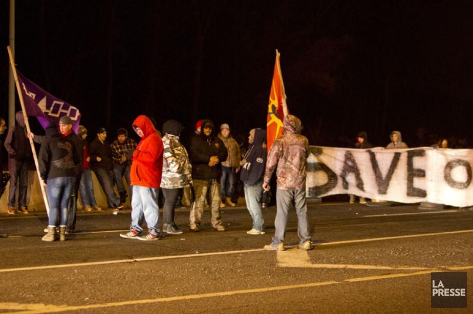Les contestataires ont bloqué la route 132 en... (PHOTO FÉLIX O.J. FOURNIER, COLLABORATION SPÉCIALE)