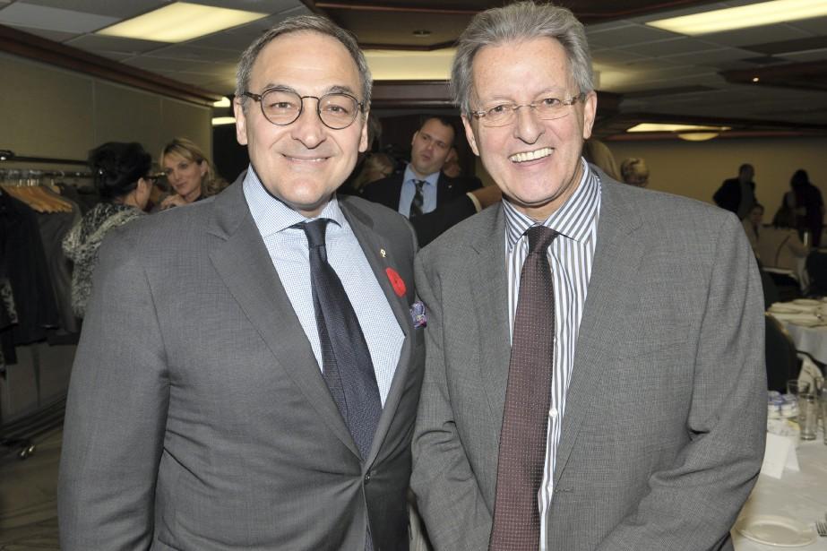 Martin Cauchon pose en compagnie du maire de Saguenay, Jean Tremblay. (Photo Le Quotidien, Rocket Lavoie)