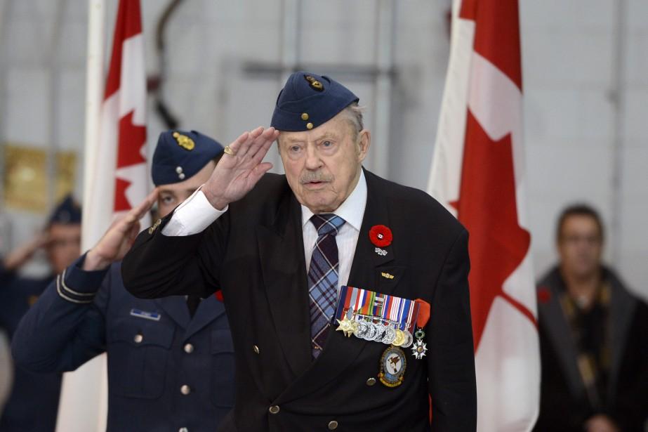 Le président d'honneur Jean Cauchy, vétéran de la Deuxième Guerre mondiale, a pris part à la cérémonie. (Photo Le Quotidien, Jeannot Lévesque)